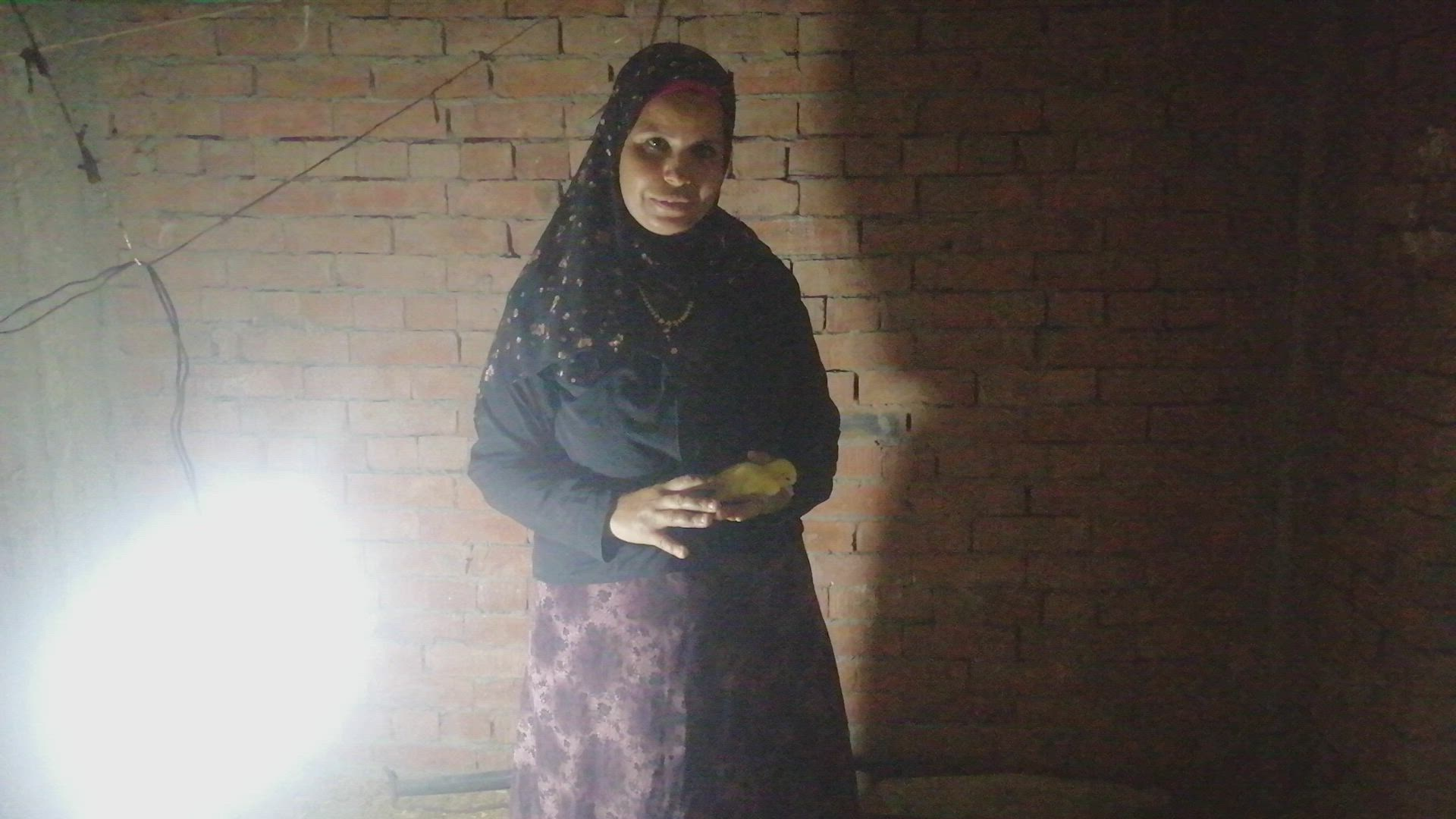 سيدة مصرية تروي كيفية تربية الدواجن في…